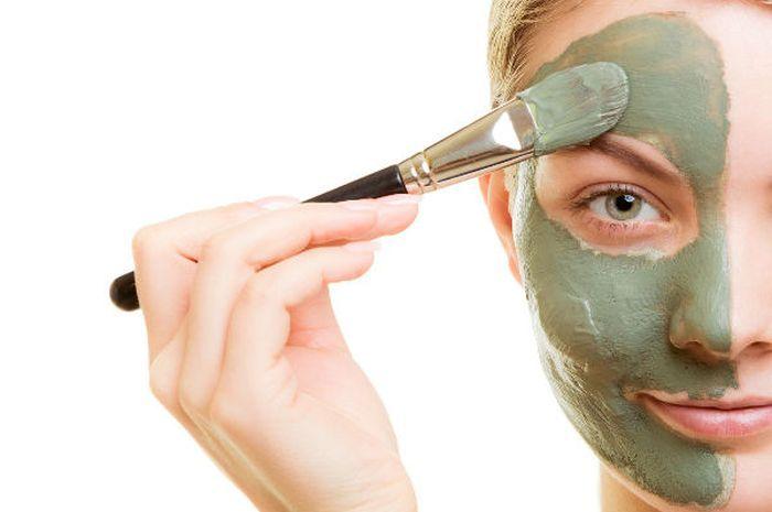 Ilustrasi pengaplikasian clay mask (sumber: bellaforever.co.uk via cewekbanget.grid.id)