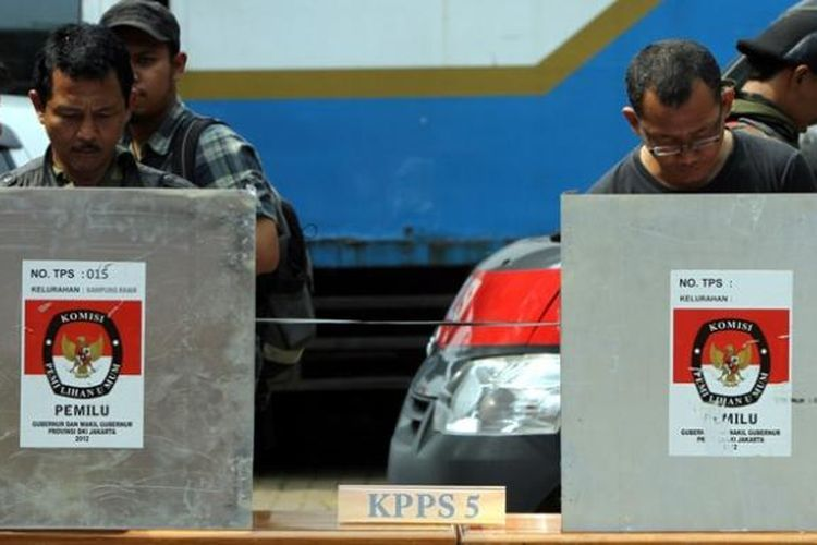 Ilustrasi pemungutan suara: Warga memberikan suara saat simulasi pemungutan suara di TPS Kecamatan Tanah Abang, Jakarta Pusat, Senin (3/3/2013). (TRIBUNNEWS/HERUDIN )