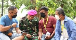 Tim liputan Covid-19 mendiskusikan tentang ketaatan warga terhadap protokol kesehatan dengan Letnan Kolonel Laut M. Arifin. Dari kiri ke kanan: Budi Tanjung dari CNN Indonesia TV, M. Arifin, Erwin Hadi dari Reportase News, dan Isson Khairul. Foto: Mada Mahfud