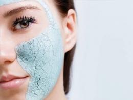 Ilustrasi pengaplikasian clay mask (sumber: soco.id)
