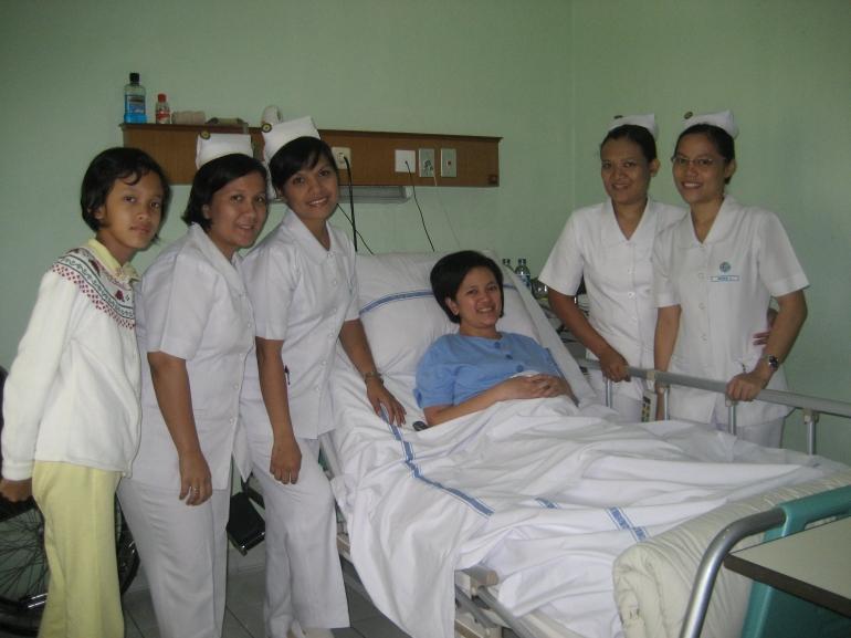 Dokumentasi pribadi / Aku dengan suster2 penjagaku, bersama Michelle, anakku yang sering menemaniku di rumah sakit, setelah pulang sekolah .....