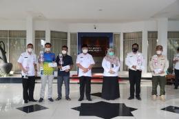 Bupati HSS H Achmad Fikry foto bersama pemenang Lomba Bagarakan Sahur dan Kampung Tanglong 1442 H. (foto : kominfo hss)