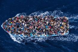 Para pengungsi berdesak-desakan di tengah kapal kayu di tengah lautan | Foto diambil dari Perserikatan Bangsa-Bangsa (https://refugeesmigrants.un.org/)
