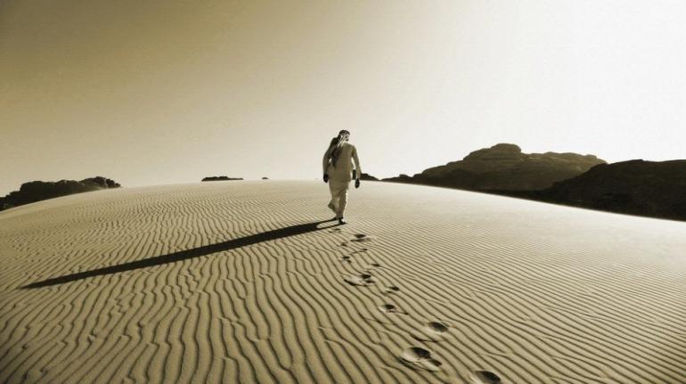 Berjalan Sendirian di Gurun Pasir | Shutterstock