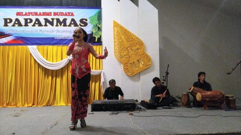 Seorang penyanyi memeriahkan acara silaturahmi budaya yang diadakan Yayasan Papanmas (2 Juni 2021) | Dokpri