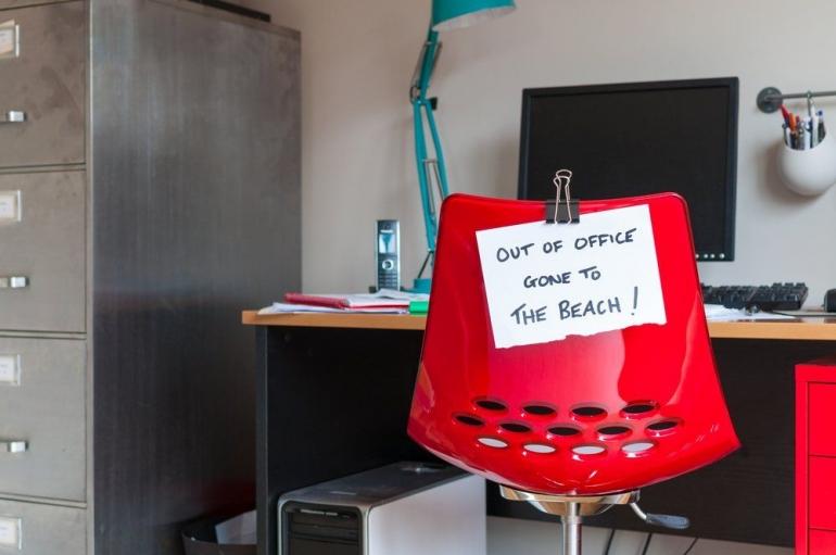 Cuti penting bagi pekerja untuk mengisi 'baterai' agar badan kembali segar. Namun, bekerja di media, cuti bisa menjadi serba salah bagi yang mengambilnya. (Foto: Willow Dempsey/Shutterstock)