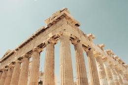 Ilustrasi bangunan peninggalan Yunani Kuno (unsplash/hans-reniers)