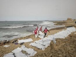 Jenazah 74 pengungsi yang menuju Italia melewati Laut Mediterania terdampar di pantai Libya (21/2/17) | Foto diambil dari Independent/IRFC (https://www.independent.co.uk/)
