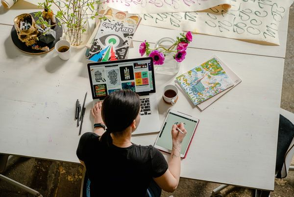 Menulis berdasarkan pengalaman dan sesuai minat lebih mudah untuk menerapkannya (foto: pexels.com/Anthony Shkraba)
