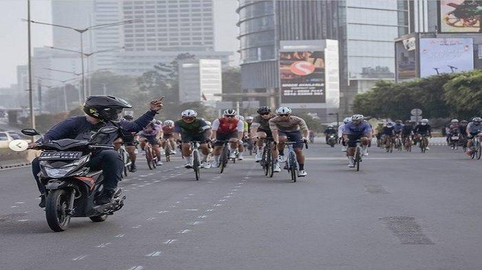 Pemotor mengacungkan jari tengah kepada konvoi pesepeda di Jalan Sudirman Jakarta (Foto: tribunnews.com/instagram@goshow.cc)