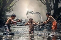 Ilustrasi anak-anak bermain di sungai (sumber gambar: pixabay.com)