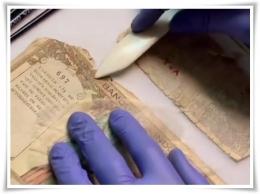 Memperbaiki koleksi uang kertas (Foto: IG Museum Bank Indonesia)