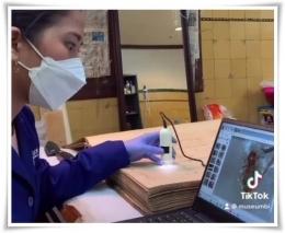 Seorang kurator museum sedang mengidentifikasi kerusakan (Foto: IG Museum Bank Indonesia)