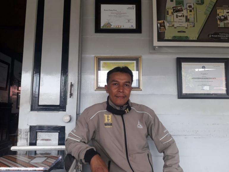 Amzal bercerita tentang pengalaman Ia selama menjaga Rumah Kelahiran Bung Hatta. (Dokumentasi pribadi/Masni Rahmawatti)