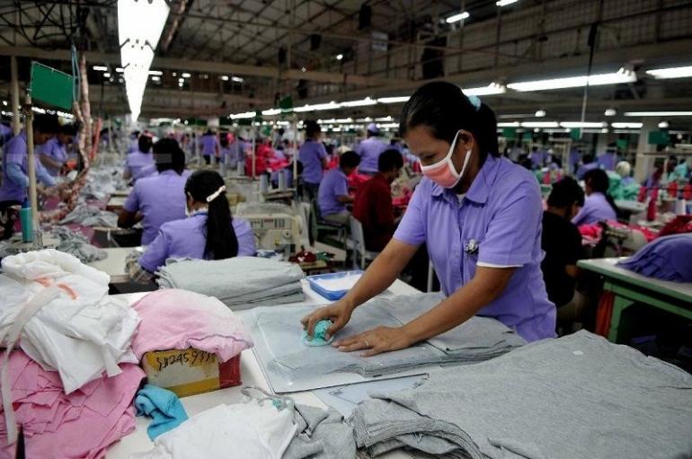 Tenaga Kerja di Pabrik | majalahpeluang.com