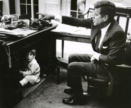 J. F. Kennedy Bapak dan Anak (foto: A. S. Tretick)