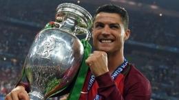 Cristiano Ronaldo Portugal bersama trofi juara Euro 2016 (Foto Getty Images)