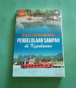 Buku Realita dan Rekomendasi Pengelolan Sampah di Kepulauan dengan Editor Handy Chandra. Doc Pri