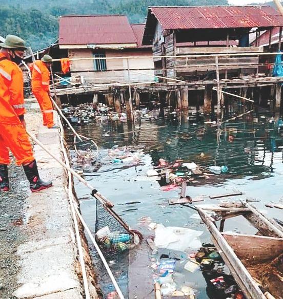 Pembersihan sampah di perairan laut beberapa waktu lalu. Doc Saiful/Info Morut