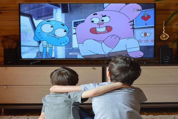 Dua orang anak-anak sedang menonton kartun. (Sumber: Pexel/Foto oleh Victoria Borodinova)