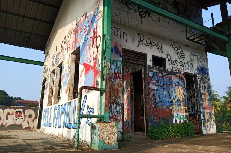 Vandalisme di Stasiun Pondok Rajeg (foto: widikurniawan)