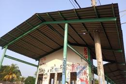 Bangunan stasiun yang memuaskan para tangan jahil (foto: widikurniawan)