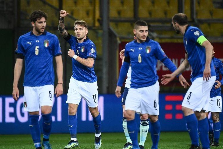 Penyerang Timnas Italia, Ciro Immobile, merayakan golnya pada laga Kualifikasi Piala Dunia 2022 kontra Irlandia Utara di Stadion Ennio-Tardini, Parma, pada 25 Maret 2021.(AFP/MARCO BERTORELLO via Kompas.com)