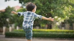 Ilustrasi anak bermain hujan dalam pantauan. Sumber: Shutterstock via klikdokter.com