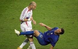 Headbutt Zidane ke Dada Materrazi | Bola.com