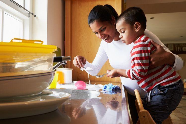 Ilustrasi ibu yang sedang mengasuh anaknya. Sumber foto: kompas.com