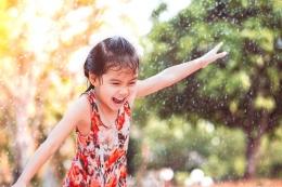 Ilustrasi anak-anak bermain hujan-hujanan. Sumber: Morinagaplainum.com