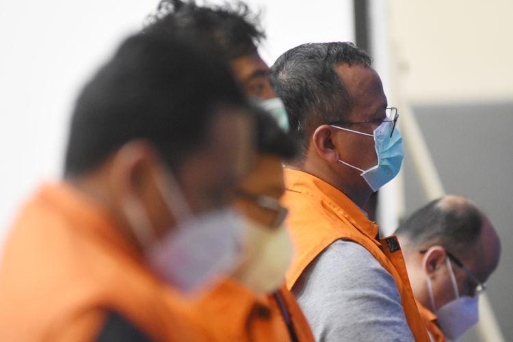 Menteri Kelautan dan Perikanan Edhy Prabowo (kedua kanan) ditunjukkan saat konferensi pers penetapan tersangka kasus dugaan korupsi ekspor benih lobster di Gedung KPK, Jakarta, Kamis (26/11/2020) dini hari. KPK menetapkan tujuh tersangka dalam kasus korupsi tersebut, salah satunya yakni Menteri Kelautan dan Perikanan Edhy Prabowo. ANTARA FOTO/Indrianto Eko Suwarso/aww.(ANTARAFOTO/Indrianto Eko Suwarso) [melalui kompas.com]