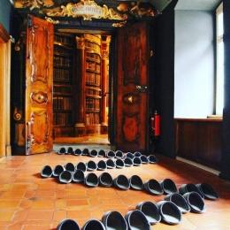 Sepatu Wohl untuk pengunjung (foto Kathatholischer Konffesionel Kanton St. Gallen)