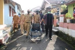 Wali Kota Cilegon saat menyalurkan Kursi Roda (Foto Facebook H. Helldy Agustian, SE, SH)