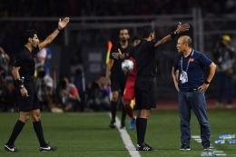 Park Hang-seo, pelatih Vietnam sedang marah-marah dalam laga lawan Timnas Indonesia di laga pertama. sumber gambar ; bola.kompas.com