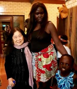 Dokumentasi pribadi /silakan perhatikan perbandingan tinggi antara isteri saya dan Grace dari Afrika
