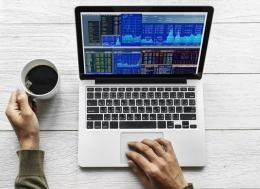 Person using laptop for investment. Source : freepik.com