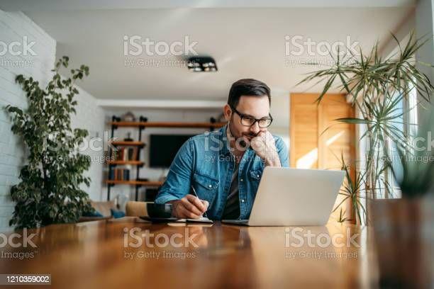 Ilustrasi seseorang sedang menulis (Sumber:istock)