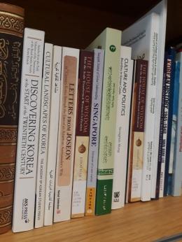 Buku-buku akademik (diambil langsung oleh penulis)