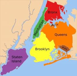 Manhattan (hijau) dan Peta Kota New York. Sumber: Julius Schorzman / wikimedia