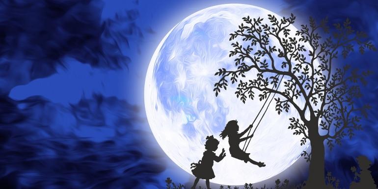 Pohon dan Anak Bermain. Sumber gambar Pixabay/chiplanay.