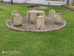 Salah satu tempat duduk di taman kantor saya| Sumber: dokumentasi pribadi