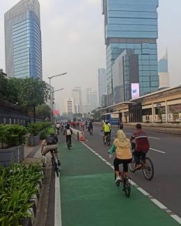 Pesepeda melintasi kawasan Sudirman (dokpri)