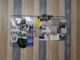Seorang rekan blogger yang niat menggantung kartu pos dengan cukup cantik. - Dokumen Bayu K. (www.wowcang.com)