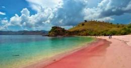 Gambar: Pantai 3 Warna https://www.travelloratour.com/pantai-tiga-warna/