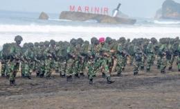 Gambar: Prajurit TNI AL melakukan Latihan di Pantai Baruna Marinirhttps://samudranesia.id/korps-baret-ungu-mantapkan-kemampuan-di-pantai-baruna-kondan