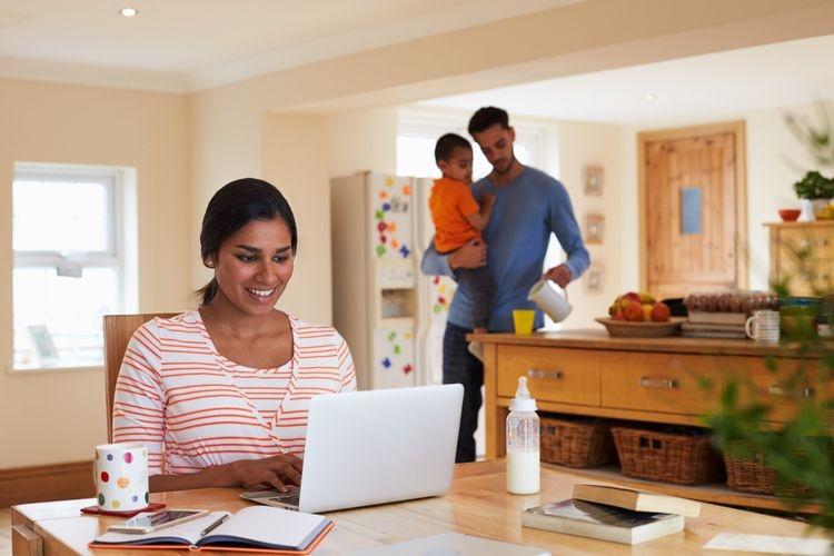 Ilustrasi bekerja di rumah (Sumber: omgimages via lifestyle.kompas.com)