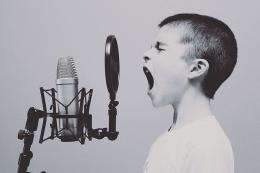 Ilustrasi anak dan mikropon. Mengenal, meniru dan mengukur batas diri (sumber gambar: pixabay.com)