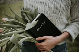 Cara memahami apa itu Alkitab   Photo by Priscilla Du Preez on Unsplash