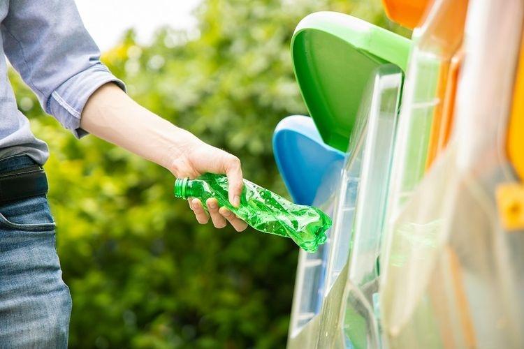 Ilustrasi warga memilah sampah berdasarkan jenis (Dok. Shutterstock via properti.kompas.com)